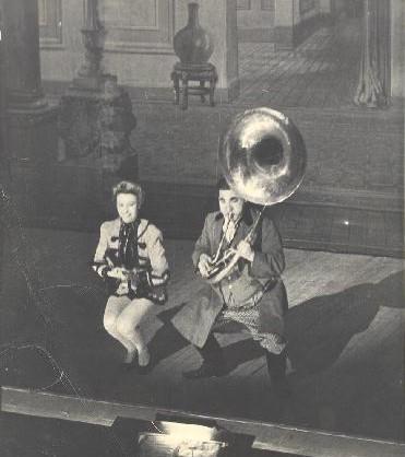 http://www.mgthomas.co.uk/dancebands/Musicians/MusicianPhotos/Art%20Christmas%20onstage1.jpg